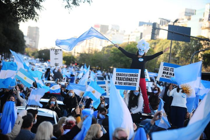 17 08 20 Marcha contra el gobierno y la cuarentena en el Obelisco. Cuarentena / Coronavirus en Argentina Barbijos Foto German Garcia Adrasti